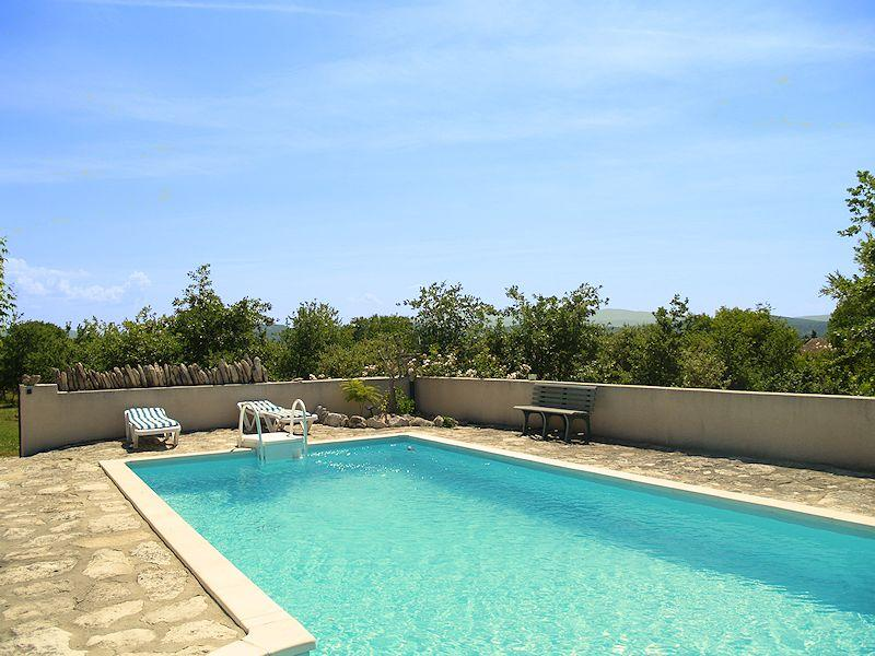 Charming cottage with pool in Gordes in the Luberon