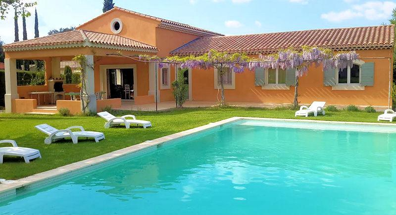 Holiday villa with pool for 8 persons at the foot of the Luberon