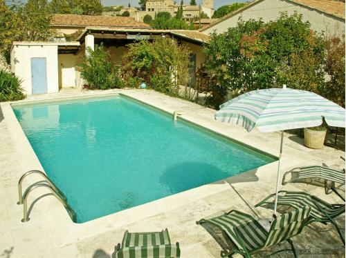 Holiday house with pool for 6 persons in Maubec in the luberon
