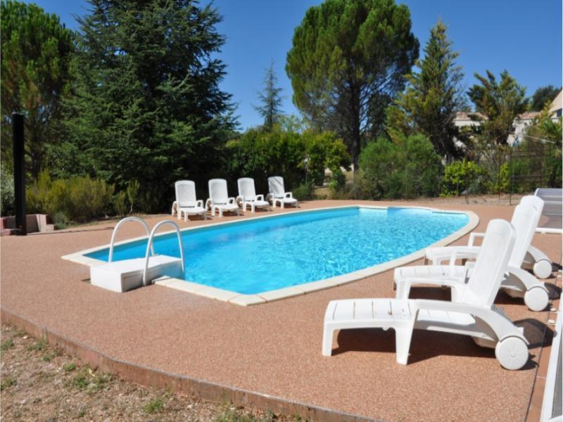 Holiday villa with swimming pool in the ocher of the Luberon