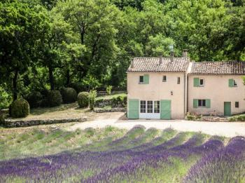 Rural gite at the foot of the Luberon, for 6 persons