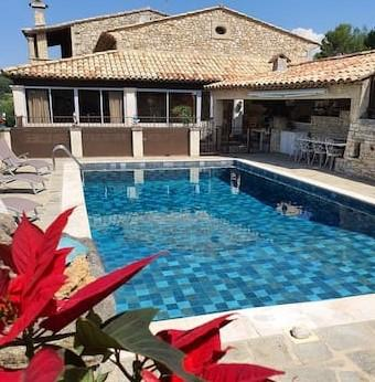 Holiday rental in the Luberon, village of Caseneuve